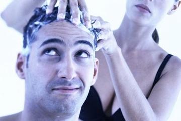 您洗頭是低著洗還是仰著洗呢? 小心錯誤洗髮方式加速衰老